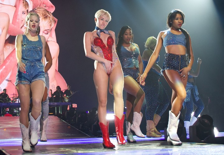 miley-cyris-and-girls
