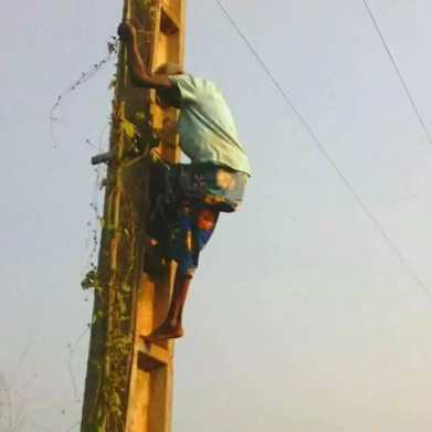 <p>80-year-old Alleged Witch Trapped On Electric Pole [PHOTOS]</p>