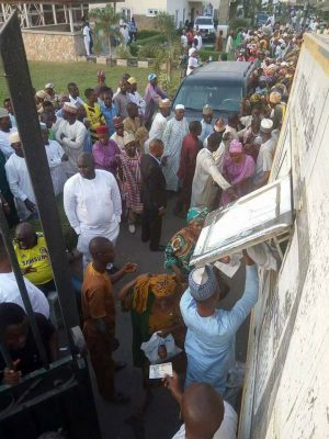 See How Crowd Invaded Saraki's Home For Cup Of Rice And N200 [PHOTOS]