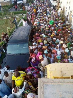 <p>See How Crowd Invaded Saraki's Home For Cup Of Rice And N200 [PHOTOS]</p>