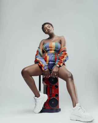 Simi has given fans something to talk about with her dazzling new picture