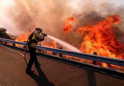 Firefighters battle raging fire in California